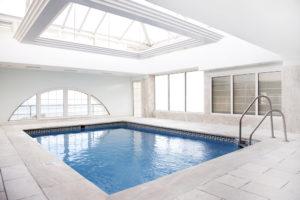 Une piscine intérieure très design