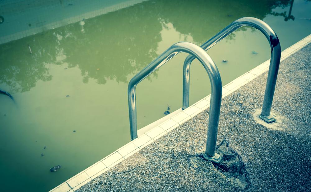 eau de piscine laiteuse