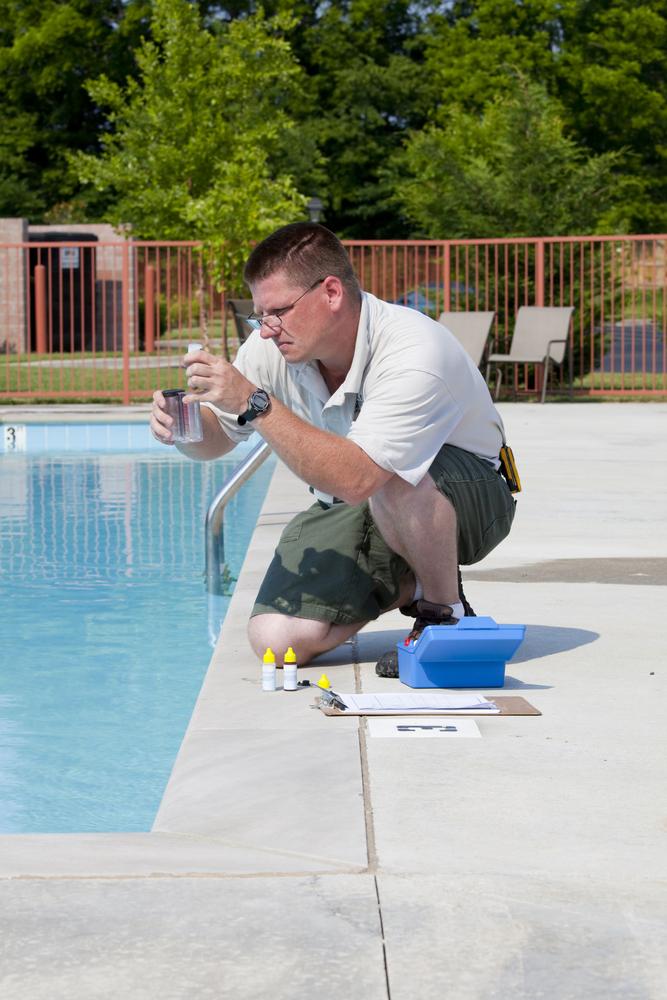 professionnel faisant une analyse ph de l'eau d'une piscine