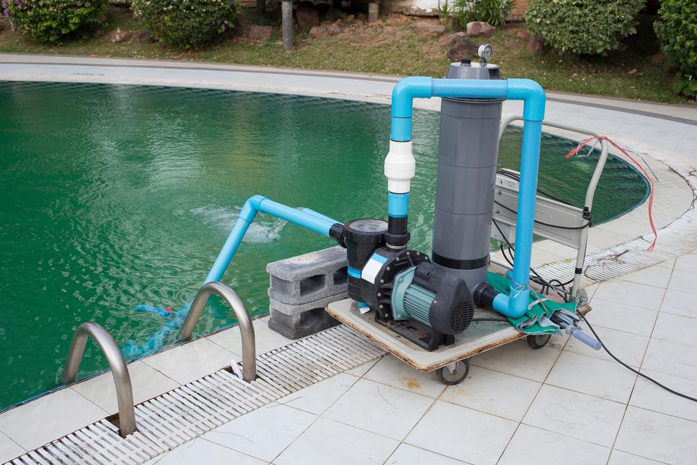 Partie d'un systeme traitement piscine avec pompe et brominateur