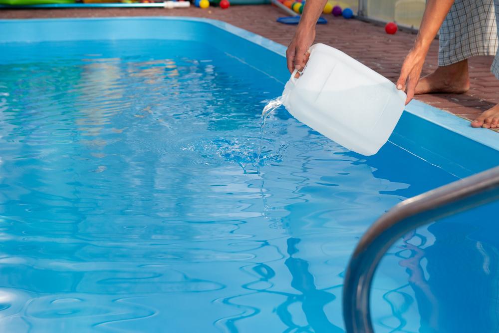 ajout de correcteur d'alcalinité d'une piscine