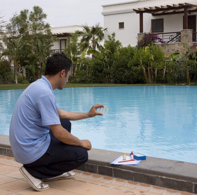 Pisciniste vérifiant l'équilibre de l'eau d'une piscine