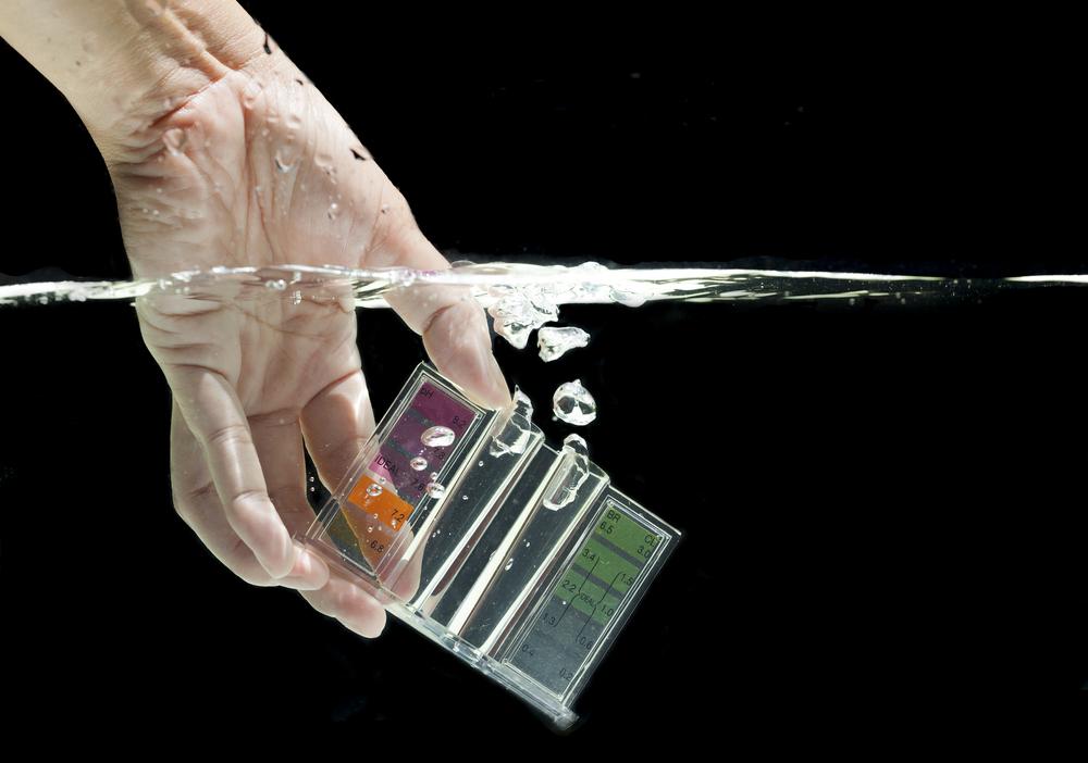 prélèvement de l'eau d'une piscine pour test tac et ph