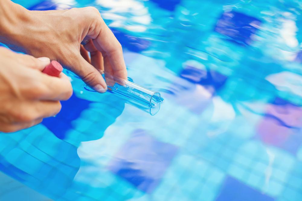 prélèvement d'eau pour test th d'une piscine