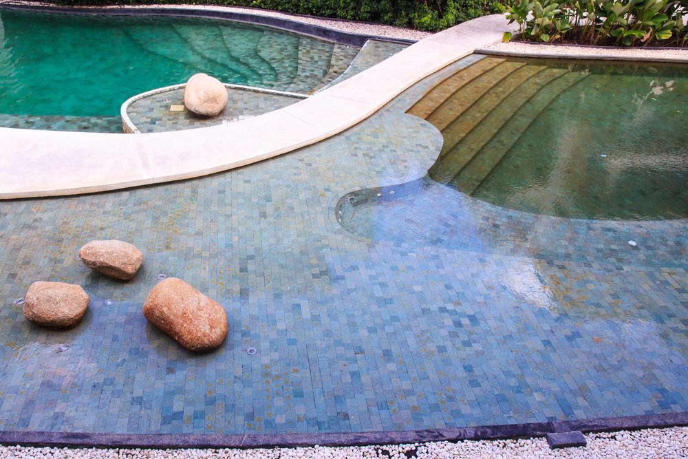 séparation entre zone de lagunage et zone de baignade d'une piscine naturelle