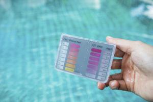 vérification de l'équilibre de l'eau d'une piscine